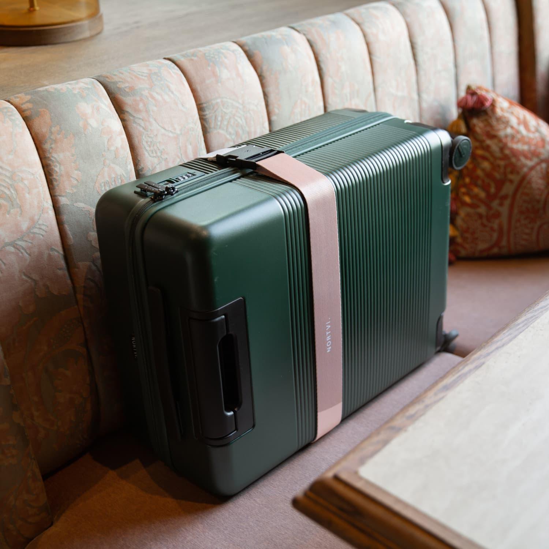 NORTVI sustainable design suitcase Rainforest Green Essential 36 L gemaakt van duurzaam materiaal met roze strap gepersonaliseerd.